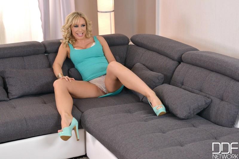 Зрелая сексуальная женщина раздвигает ножки