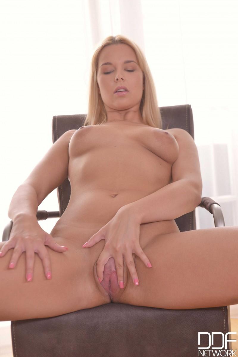 Блондиночка с натуральной грудью раздвинула ноги секс фото