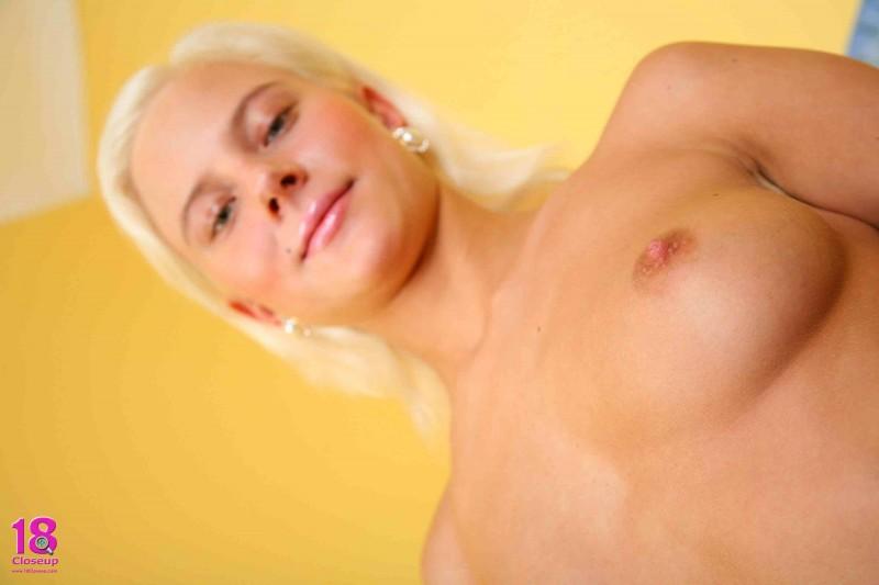 Большегрудая блондинка