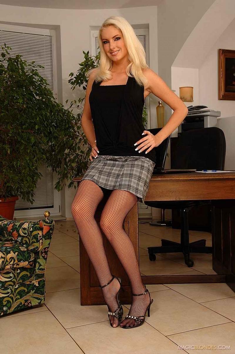 Красивая пизда под юбкой