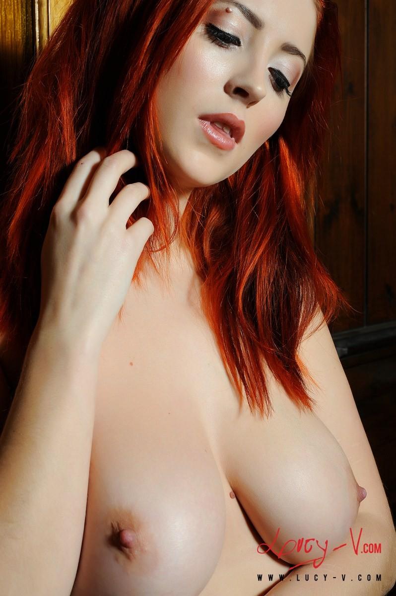 Рыженькая девка с симпатичной попой