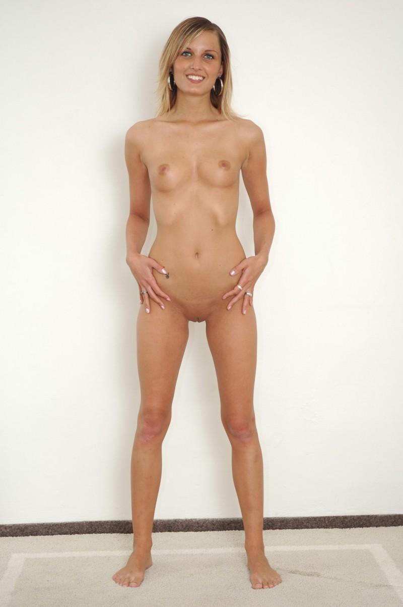 Худосочная модель с маленькими дойками секс фото