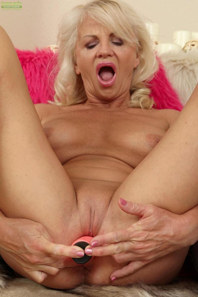 Блондинка с голой попкой