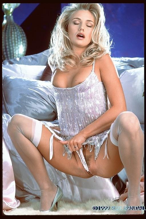 Возбужденная блондинка с красивой пиздой