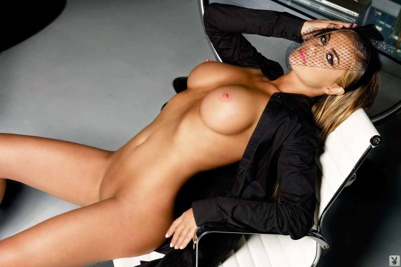 Голая девка с гигантскими буферами