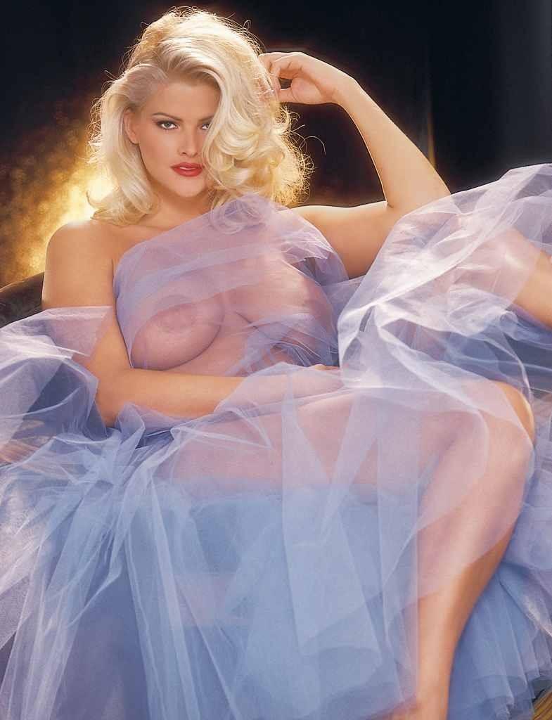 Голая блонди с огромными сиськами