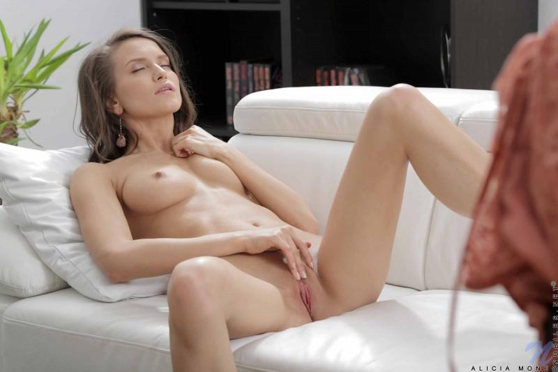 Стройная сексуальная телка с мокрой писькой