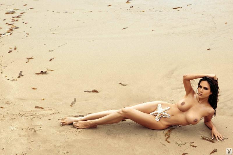 Голая девушка с аппетитной жопой на берегу моря смотреть эротику