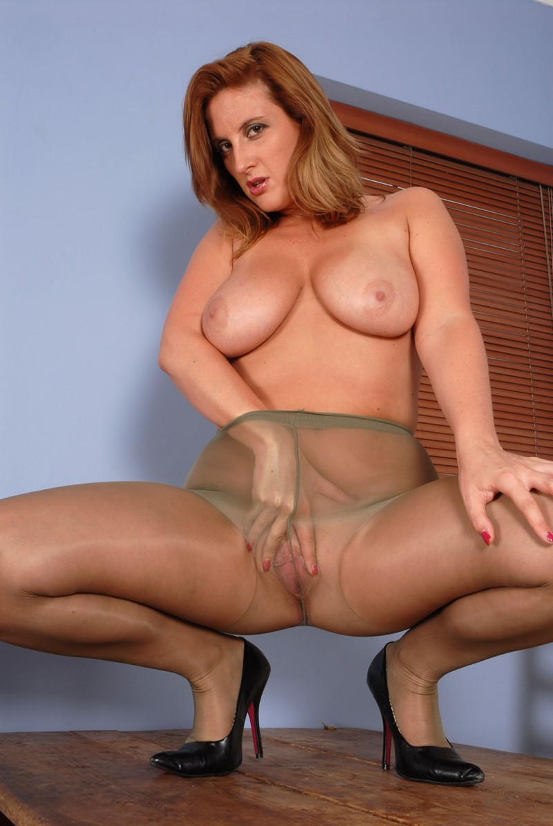 Шикарная зрелая мадам с красивой мокрой пиздой