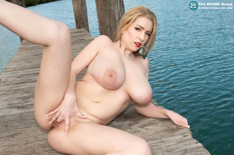 Обнаженная блондиночка с огромными сиськами в людном месте