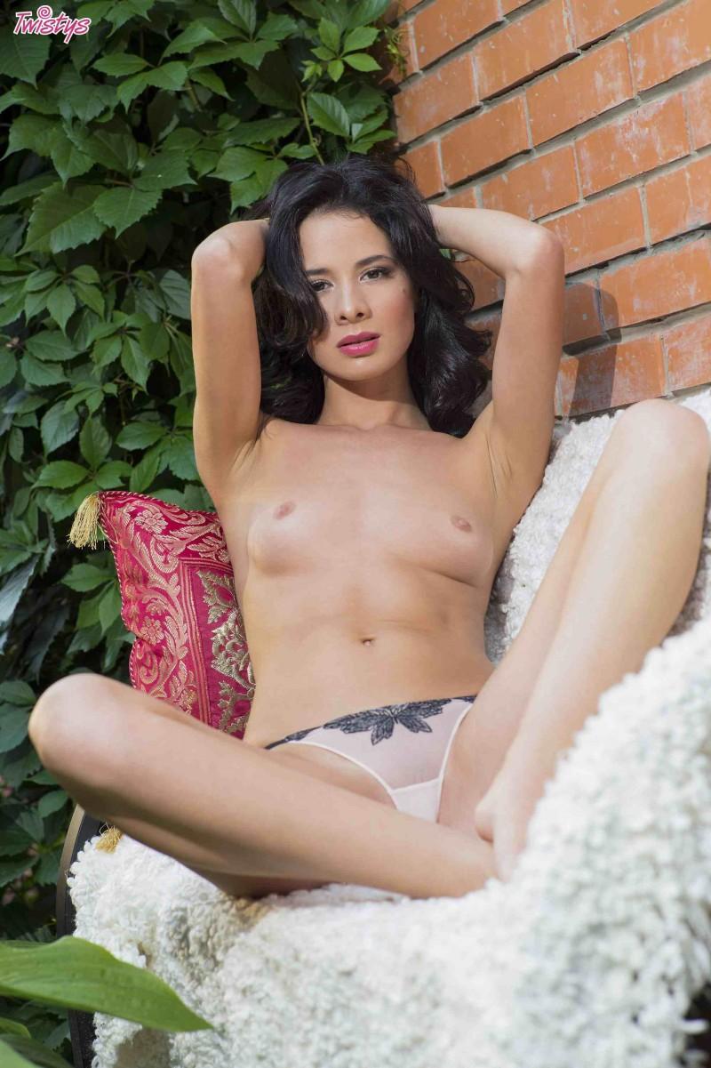 Изумительная барышня с привлекательными грудями