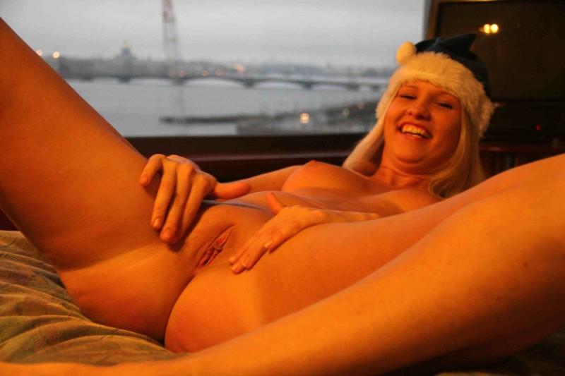 Русская девка растопырила ножки