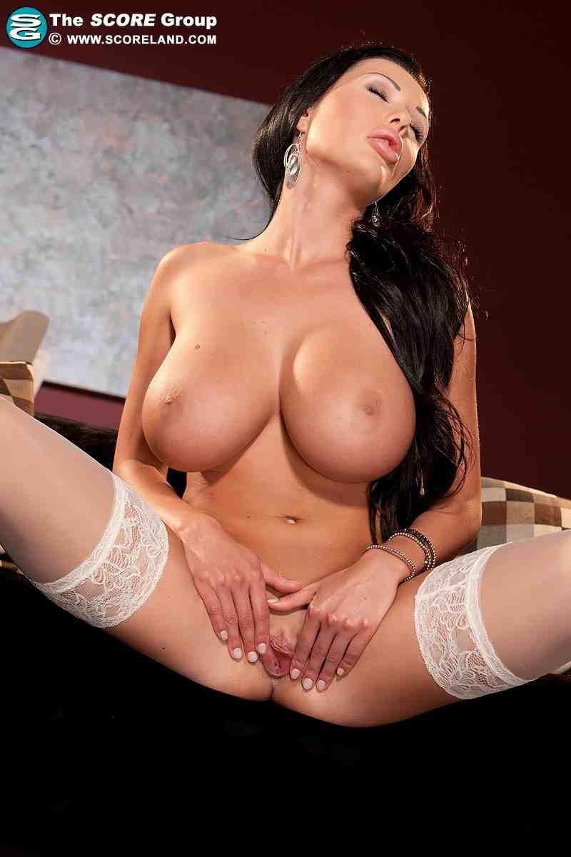 Сексуальная брюнетка в белых носках
