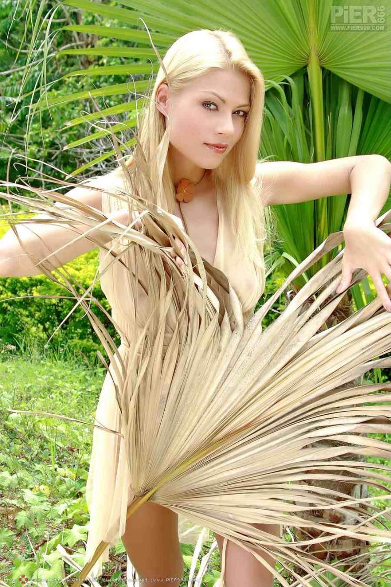 Голая блондинка с красивой попкой