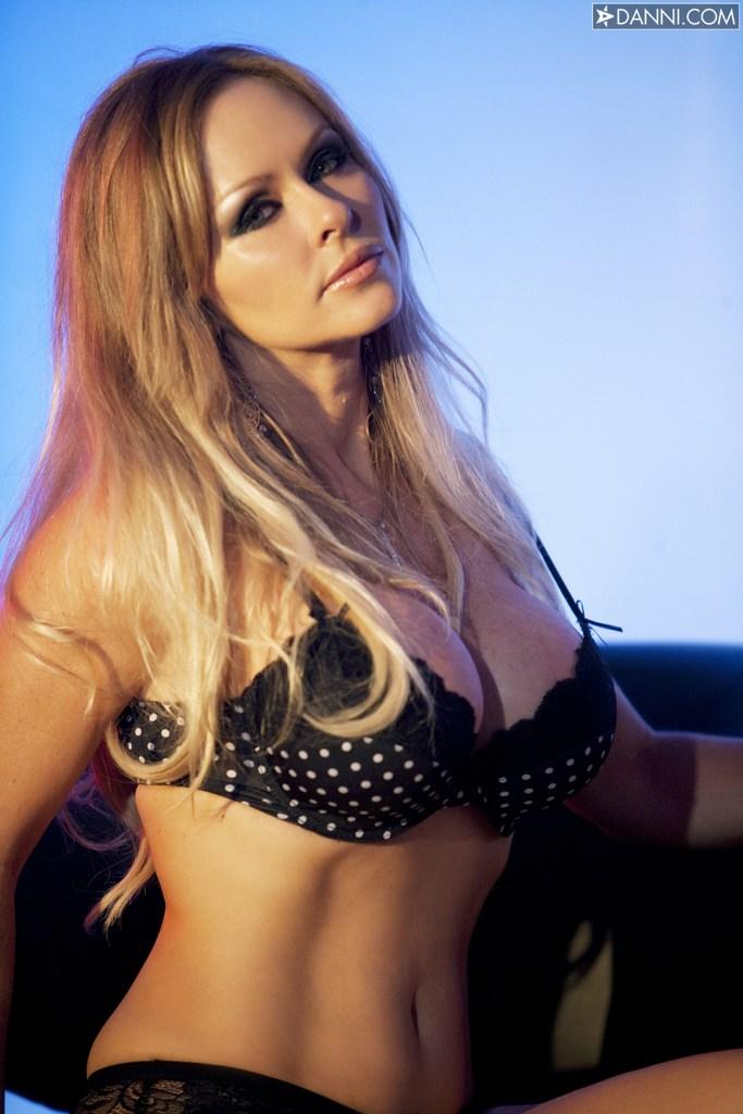 Мода с голыми сиськами смотреть онлайн, секс видео дома с красивой сисястой девкой