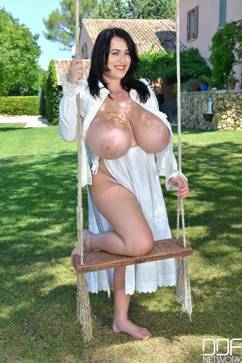Валентина с красивыми сиськами купается нагая в ванной