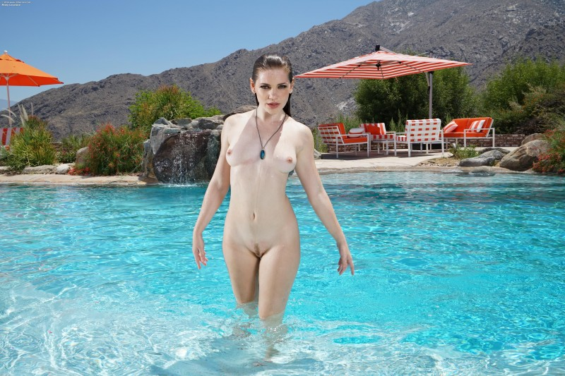 Голая мадам в бассейне