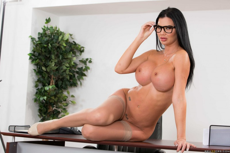 Голая в очках и с интимным пирсингом