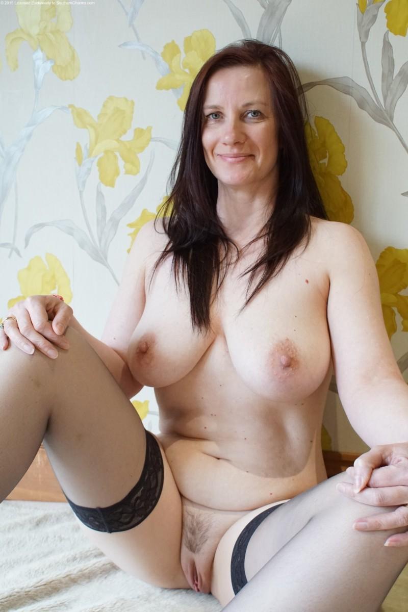 Дамочки голые демонстрируют пизду
