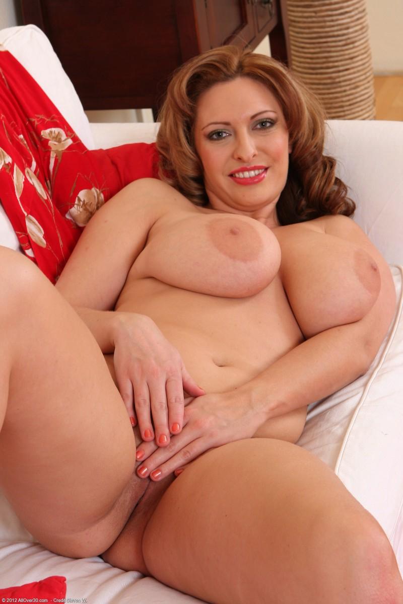 Голая милфа с роскошными буферами секс фото