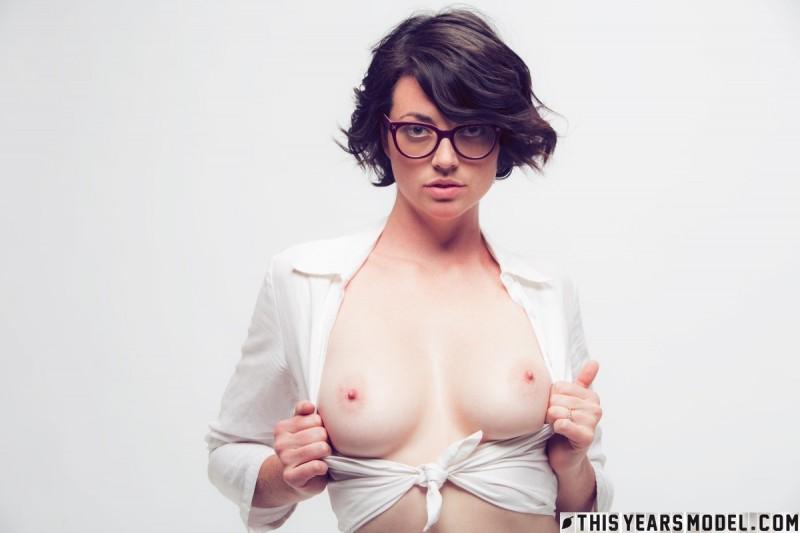 Девчонка снимает сексуально одежду и ласкает себя фото, порно фильм царица онлайн