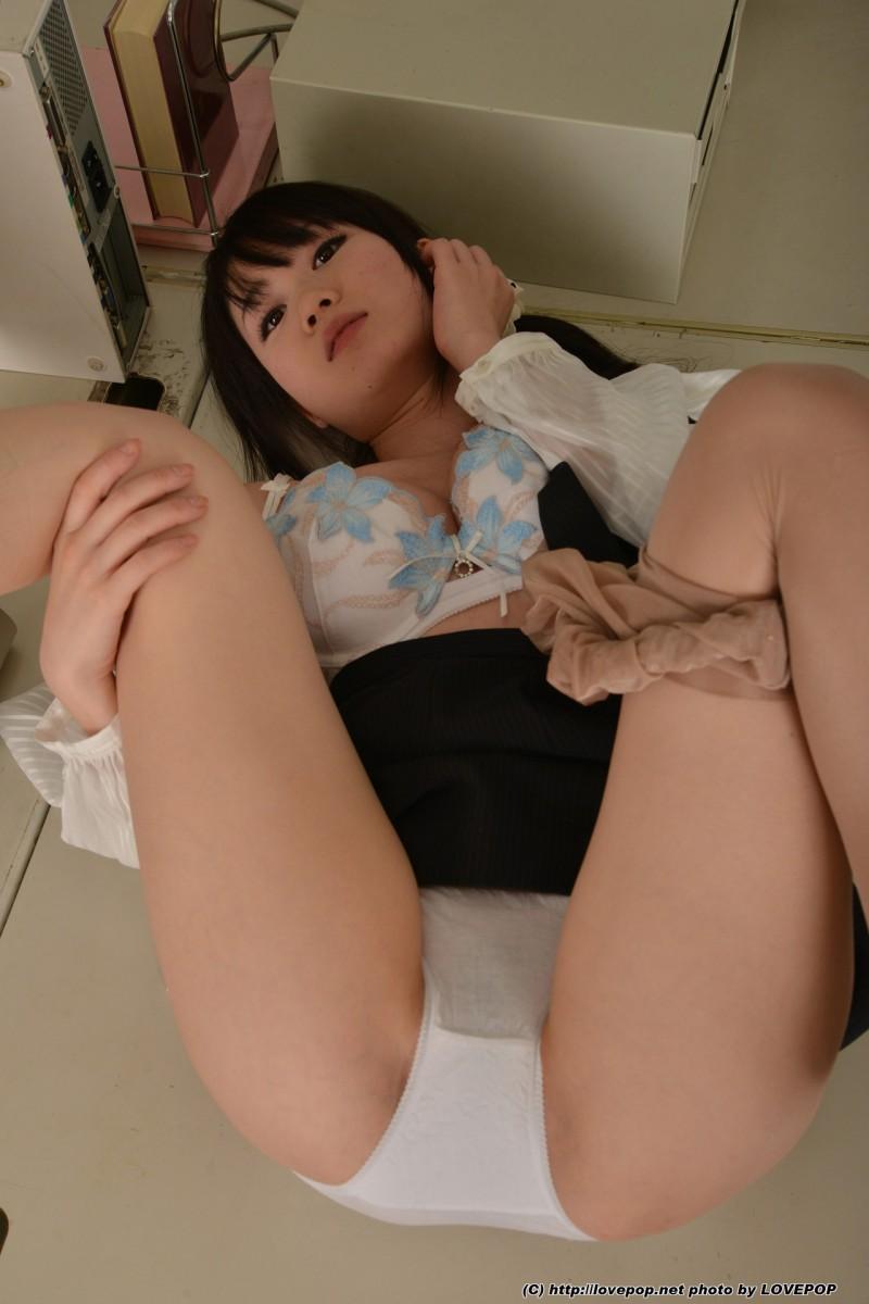 Японская студентка стягивает колготки