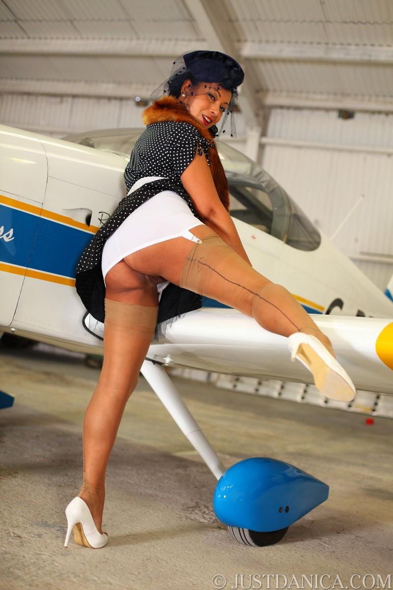Голая большегрудая стюардесса